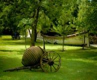 Carrello antico in giardino Immagini Stock