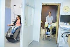 Carrello che è spinto al paziente per l'analisi del sangue fotografie stock
