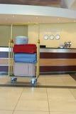 Carrello chiaro con le valigie colorate Fotografia Stock Libera da Diritti