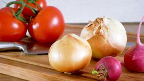 carrello Coltello del pomodoro della cipolla del ravanello ed altre verdure su un bordo della cucina archivi video