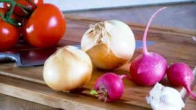 carrello Coltello del pomodoro della cipolla del ravanello ed altre verdure su un bordo della cucina stock footage