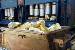 Carrello con il minerale metallifero dell'oro Fotografia Stock Libera da Diritti