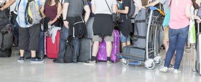 Carrello con le valigie, donna non identificata che cammina nell'aeroporto, stazione, Francia dei bagagli dell'aeroporto dell'uom Fotografia Stock Libera da Diritti