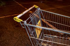 Carrello dal supermercato alla fine di parcheggio di notte su fotografia stock libera da diritti