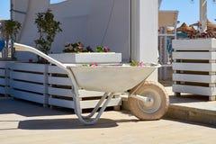 Carrello decorativo bianco della costruzione al giardino del caffè Immagini Stock Libere da Diritti