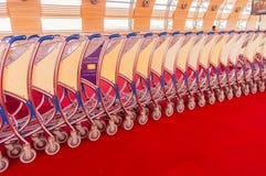 Carrello dei bagagli impilato insieme all'aeroporto Immagini Stock