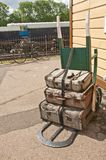 Carrello dei bagagli a ruote due antiquati Fotografia Stock Libera da Diritti