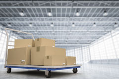 Carrello del magazzino con il mucchio delle scatole di stoccaggio Fotografia Stock Libera da Diritti