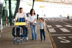 Carrello dell'aeroporto della famiglia Immagine Stock Libera da Diritti