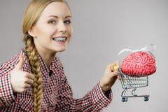 Carrello della tenuta della donna con il cervello Fotografia Stock