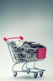 Carrello di acquisto Carrello di acquisto Carrello di acquisto in pieno di euro monete soldi - valuta Esempio simbolico di denaro Immagini Stock Libere da Diritti