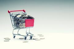 Carrello di acquisto Carrello di acquisto Carrello di acquisto in pieno di euro monete soldi - valuta Esempio simbolico di denaro Immagine Stock Libera da Diritti