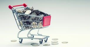 Carrello di acquisto Carrello di acquisto Carrello di acquisto in pieno di euro monete soldi - valuta Esempio simbolico di denaro Fotografie Stock Libere da Diritti