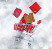 Carrello di acquisto con i contenitori di regalo Immagine Stock Libera da Diritti