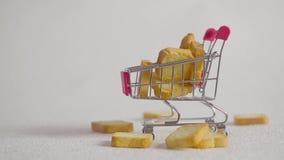 Carrello di acquisto con i pezzi di cracker Isolato su bianco archivi video
