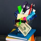 Carrello di acquisto con i rifornimenti di banco Di nuovo al banco Fotografie Stock Libere da Diritti