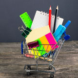 Carrello di acquisto con i rifornimenti di banco Di nuovo al banco Fotografia Stock Libera da Diritti