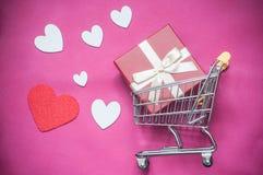 carrello di acquisto con il concetto del contenitore di regalo, cuori di amore V Fotografia Stock