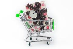 Carrello di acquisto con il contenitore di regalo Immagine Stock