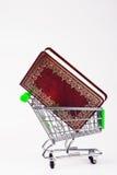 Carrello di acquisto con un libro Immagini Stock Libere da Diritti