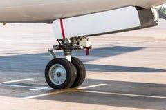 Carrello di atterraggio anteriore vista dettagliata del primo piano dell'aereo di linea di alta Fotografia Stock Libera da Diritti