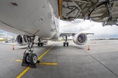 Carrello di atterraggio anteriore vista dettagliata del primo piano dell'aereo di linea di alta Immagini Stock