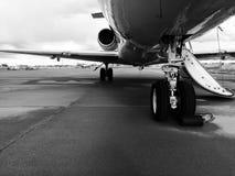 Carrello di atterraggio di un getto privato in bianco e nero Fotografia Stock