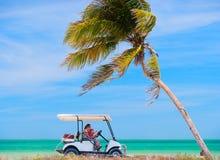 Carrello di golf alla spiaggia tropicale Fotografie Stock Libere da Diritti