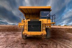 Carrello di miniera giallo di auto-dump enorme immagini stock