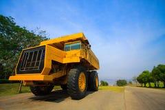 Carrello di miniera pesante nei miei e guidando lungo la foto a cielo aperto di grande carrello di miniera, l'automobile eccellen Fotografie Stock Libere da Diritti