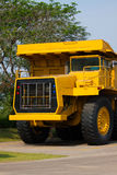 Carrello di miniera pesante nei miei e guidando lungo la foto a cielo aperto di grande carrello di miniera, l'automobile eccellen Fotografia Stock Libera da Diritti