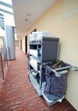 Carrello di pulizia della camera di albergo Immagine Stock Libera da Diritti