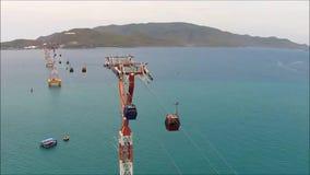 Carrello di teleferica o cabina di funivia dal continente all'isola per i traverllers archivi video