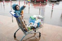Carrello e bambino di acquisto Fotografia Stock Libera da Diritti