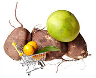 Carrello e frutti di acquisto Fotografie Stock