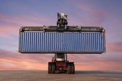 Carrello elevatore che tratta caricamento del contenitore di contenitore Fotografie Stock Libere da Diritti