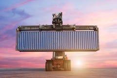 Carrello elevatore che tratta caricamento del contenitore di contenitore Immagine Stock