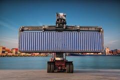 Carrello elevatore che tratta caricamento del contenitore di contenitore Fotografia Stock Libera da Diritti