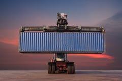 Carrello elevatore che tratta caricamento del contenitore di contenitore Fotografie Stock