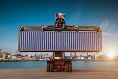 Carrello elevatore che tratta caricamento del contenitore di contenitore Immagini Stock Libere da Diritti