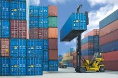 Carrello elevatore che tratta il contenitore di contenitore che carica al camion Immagini Stock