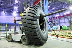 Carrello elevatore con il pneumatico gigante di formato Immagine Stock Libera da Diritti