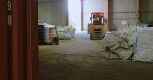 Carrello elevatore di funzionamento del lavoratore maschio in magazzino 4k video d archivio