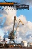 Carrello elevatore e gru arancio a caricamento ed allo scarico del carico nella t Fotografie Stock