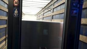 Carrello elevatore elettrico in scatole di cartone di caricamento del magazzino clip Caricatrice archivi video