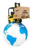 Carrello elevatore a forcale con la scatola di spedizione libera sopra il globo della terra Immagini Stock