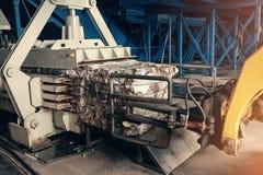 Carrello elevatore a forcale giallo Impianto di lavorazione residuo Processo tecnologico Riciclando e deposito dei rifiuti per ul Fotografia Stock Libera da Diritti