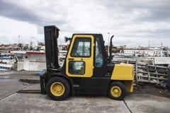 Carrello elevatore giallo in porto Fotografie Stock Libere da Diritti