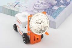Carrello elevatore industriale che trasporta valuta della Malesia Immagine Stock