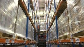 Carrello elevatore nel magazzino che va su archivi video